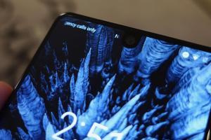 像是手機螢幕挖了一個洞!安卓之父旗艦機 Essential Phone 實機體驗