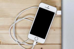 手機充電一整晚會傷害電池壽命嗎?5 個一定要懂的充電觀念