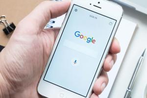 滑手機找旅館、訂機票更方便了!Google 行動搜尋將新增實用的「預訂」功能