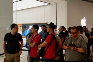 (影音)蘋果 iPhone XS 開賣!人潮變少,「頭香」果粉爽獲加碼 XS Max!