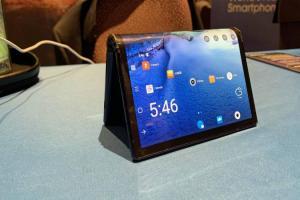 全球首款!領先三星的摺疊手機CES展亮相,外媒實測這樣說...