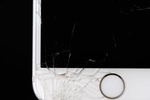 手機螢幕壞掉要花多少錢?各家原廠維修費這樣算