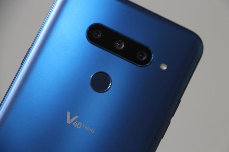 LG V40 ThinQ開箱體驗:霧面玻璃背蓋觸感討喜、後置三鏡頭氣勢驚人