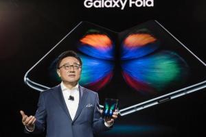 可買一支中低階手機!三星原廠 Galaxy Fold 摺疊機保護套售價曝光