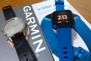 你適合買智慧手錶嗎?Garmin vivomove HR 與 Fitbit Versa Lite 實測體驗