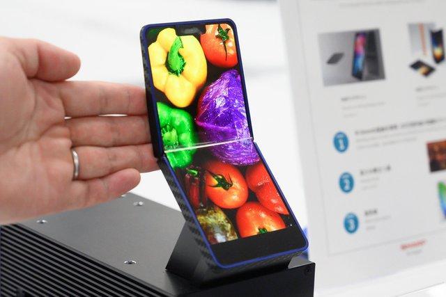 螢幕對摺放口袋?夏普首款原型摺疊手機亮相,可彎折高達 30萬次!