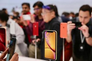 iPhone 銷量差惹禍?三星可能給蘋果一張高達 52 億元的罰單