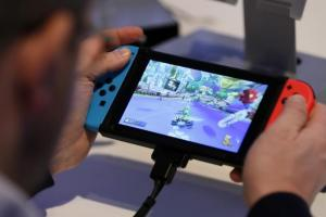 Switch 玩瑪莉歐不夠看!高手改造成 Android 平板打串流遊戲
