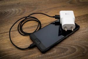 Android 手機傳耗電異常災情!外媒曝可能原因與它有關