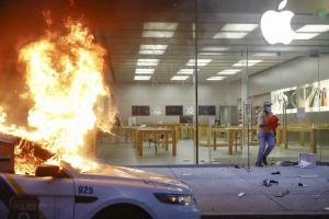 蘋果官方出招「自動報警」!美爆動打劫搶匪白搶 Apple Store 了