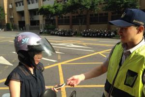 低頭族小心!開車 / 騎車滑手機「檢舉罰單」暴增 4 倍