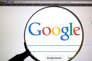 Google  搜尋藏超驚喜「麥克風」彩蛋!輸入這組關鍵字讓網頁搖擺起來