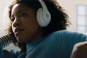 蘋果頭戴式 AirPods 耳機諜照首度曝光!復古設計風格很特別