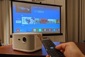 OVO把電視盒塞進投影機!用百吋大螢幕追劇K歌、簡報提案一機搞定
