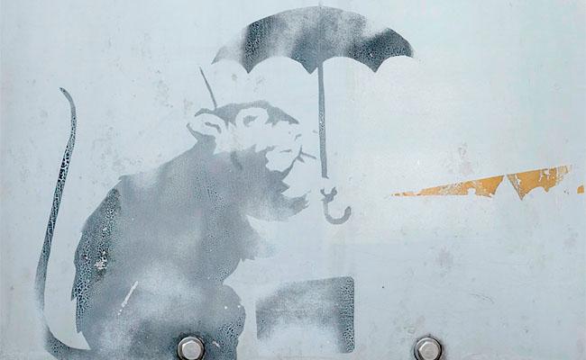 班克西真跡?日本驚現小老鼠撐傘塗鴉