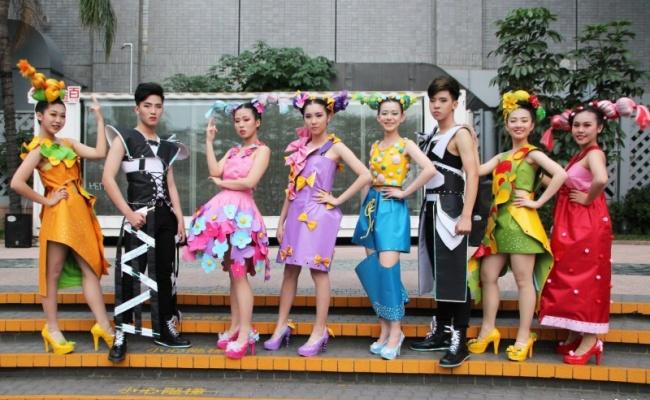 女中造型秀街頭快閃 帆布 塑膠網穿上身