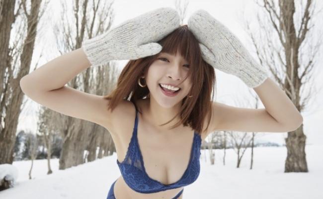 雪地解放美乳 啦啦女神下面冷到沒感覺
