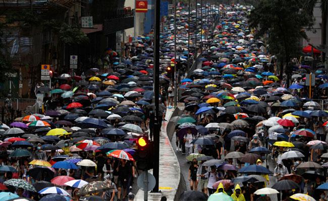 荃葵青雨中遊行 抗議港鐵封站警濫暴