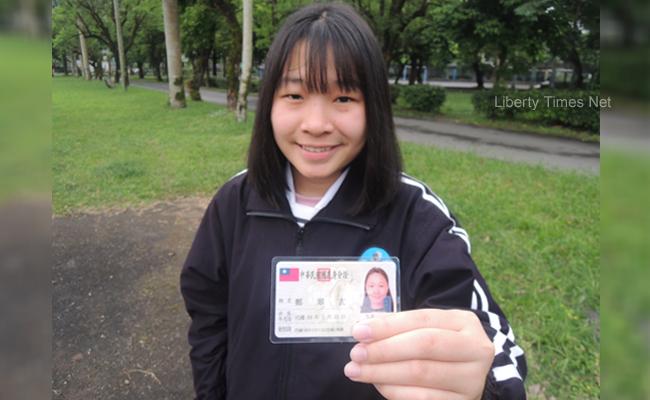 愛台灣的自由!越南女學生拿到身分證了