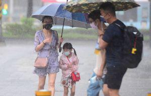 豪雨狂炸!週日中南部嚴防致災性降雨