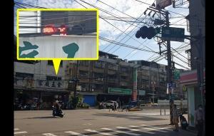 考驗駕駛!紅綠燈躲在商店招牌後面