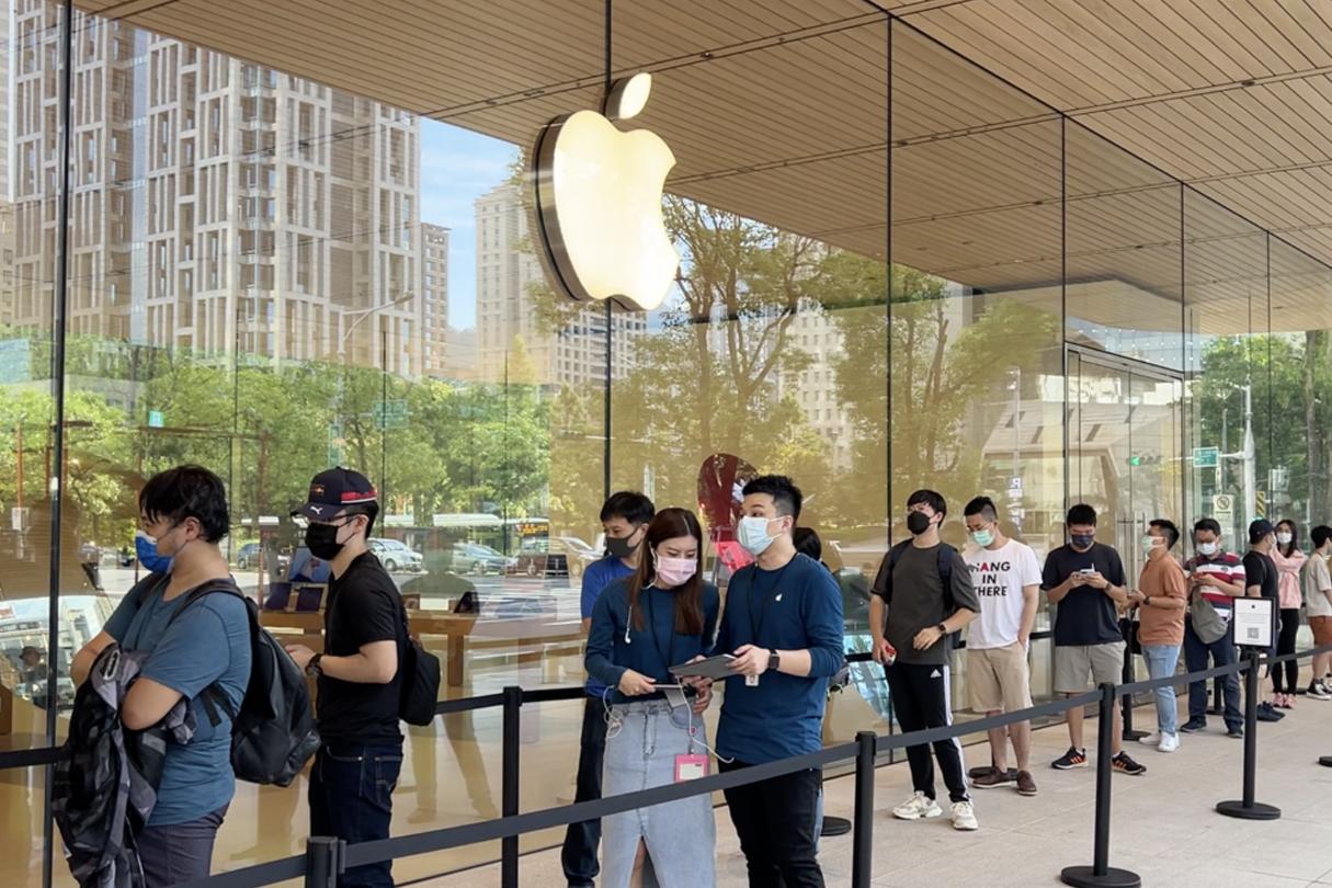 iPhone13開賣 為搶頭香凌晨4點排隊