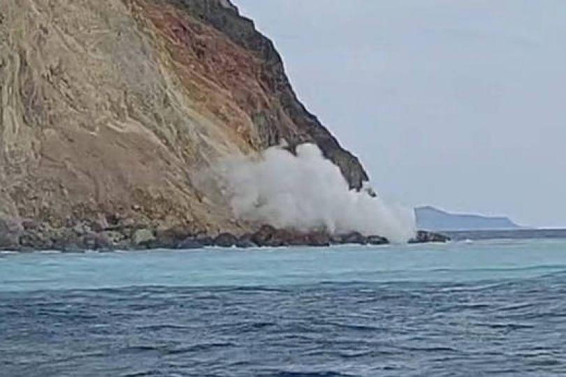 疑與地震有關 龜山島龜首噴大量磺煙