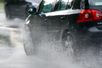 大雨開車要注意 車輛失控方向盤千萬別亂轉!
