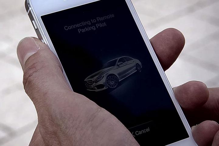 車位太小很麻煩?那就拿出手機來「遙控停車」吧!