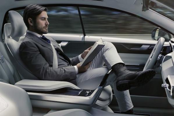 有了自動駕駛功能 正駕駛要做什麼?
