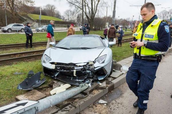 超跑不好開!  近3000萬元Lamborghini Aventador Roadster 愛沙尼亞失控撞毀