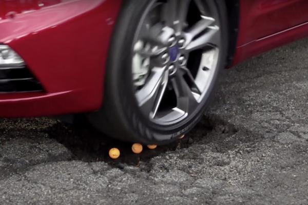 開車遇坑洞免閃躲  直接開過去就好的原因是?(內有影片)