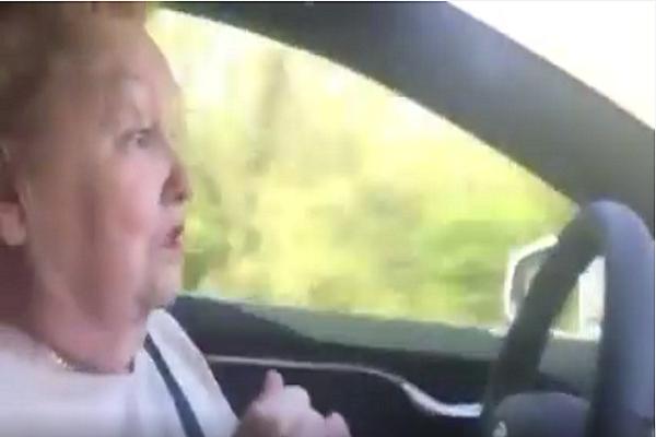 自動駕駛初體驗 讓阿嬤整個崩潰了......(內有影片)