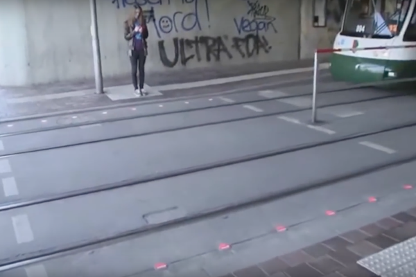 路面加裝小東西!低頭族也能安心過馬路(內有影片)