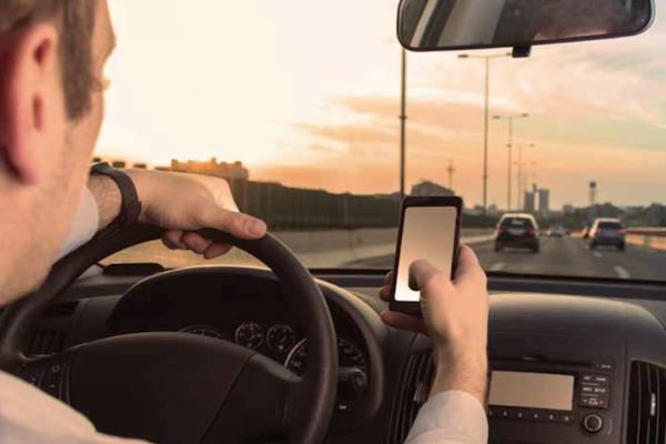 重罰開車用手機   年輕駕駛們為何依然不怕?