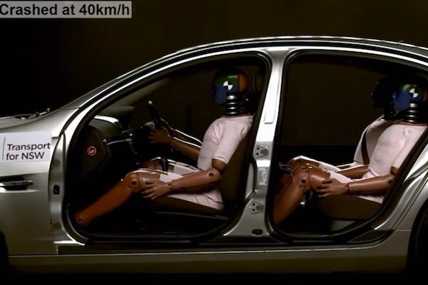 即使時速只有 40 公里,未繫安全帶後座乘客的下場居然是...(有影片)