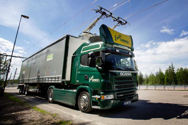 全球首座!邊開車幫你充電的「電力公路」