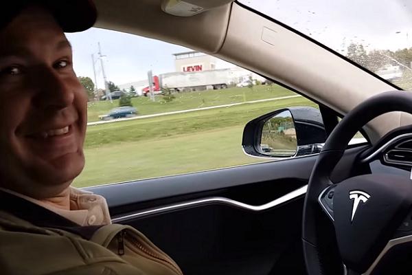 Tesla 自駕失靈!首例死亡車禍出現!(有影片)