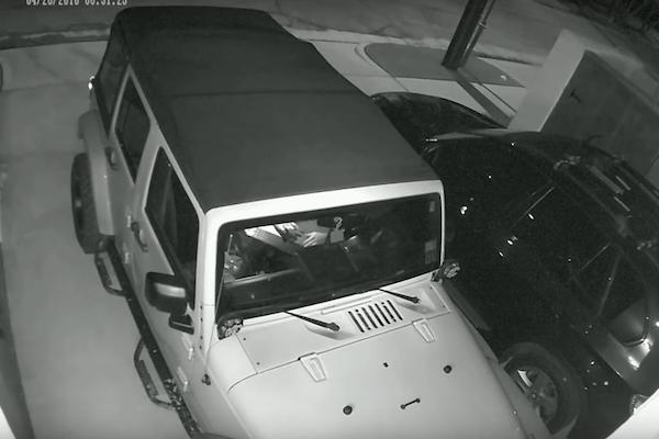 用鑰匙偷車已經過時  現在偷車賊都這樣做...(內有影片)