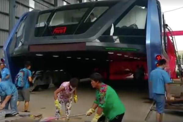 中國會吃車的大巴實際路試  結果只走這麼一小段路...(有影片)