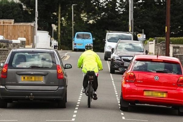 很難開的路,停車格居然比車道還寬!