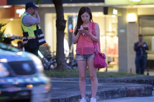 台灣能效法?這國家行人玩《Pokémon Go》將開罰