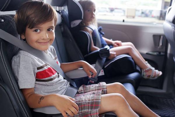 全家開車出遊前,使用兒童座椅的 5 個安全建議(內有影片)
