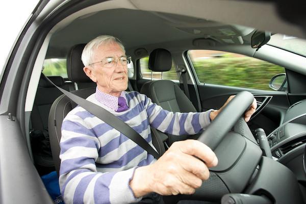 英國研究:不讓銀髮族開車上路,反而害了他們?