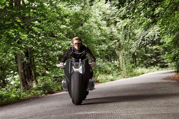 這輛不會摔車的摩托車,甚至連安全帽都不用戴!