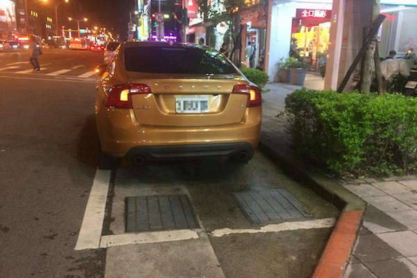 看起來像汽車停車格,但其實你停在機車待轉區上!