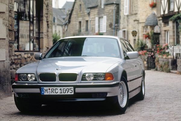 一場交通糾紛,見證經典的 BMW  7 系列 e38 豪華旗艦車有多威!