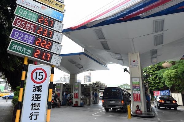 汽機車燃料費是否隨油徵收?交通部明年 1 月 1 日前回覆