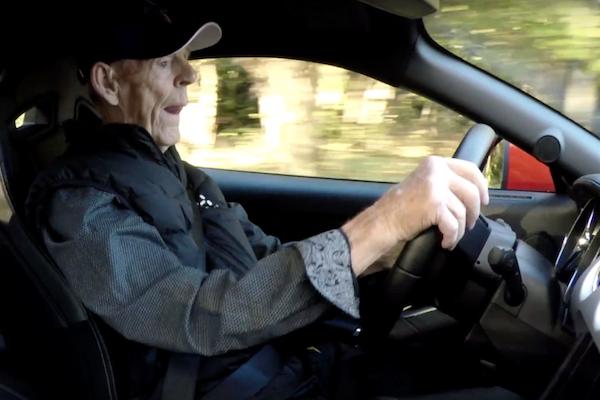 誰說銀髮族開車危險?97 歲的他打破這定律!(內有影片)