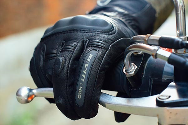 法政府規定騎車必戴這款手套,到底是為什麼?